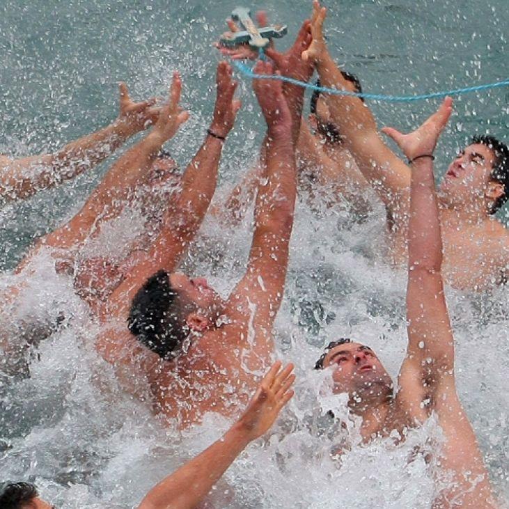 ΘΕΟΦΑΝΕΙΑ-Κολυμβητές(Βουτηχτάδες)στην Κατάδυση του Τιμίου Σταυρού.