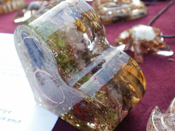 """La Targul de toamna de la Hanul Manuc veti descoperi standul Galeriei de Arta Ana unde va expune si brandul Orgonit Exe. Daca nu stiti ce este un orgonit, veti observa ca acesta este un fel de """"aspic"""" (pentru profani), din metale diverse, cristale si pietre semipretioase, plante uscate, care stau parca in suspensie in variate forme 3D din rasina transparenta, foarte frumoase.  https://www.facebook.com/profile.php?id=100006871602559&fref=ts"""