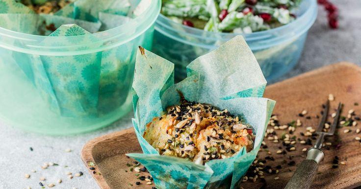 Oppskrift på grove og gode muffins med ost og skinke. Matmuffins er fine å servere til lunsj, ha med ut på piknik eller som et langt mer spennende innslag i matpakken. Denne oppskriften på sunne muffins gir 10-12 stk.