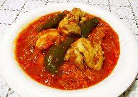 香味野菜を使った、鶏肉のトマト煮込みのレシピ。とろとろとなった鶏肉が美味しいです。
