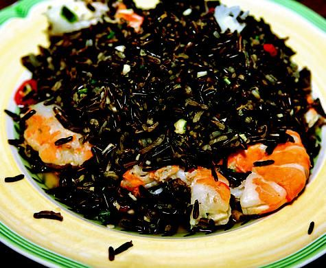 Салат из дикого риса с морепродуктами