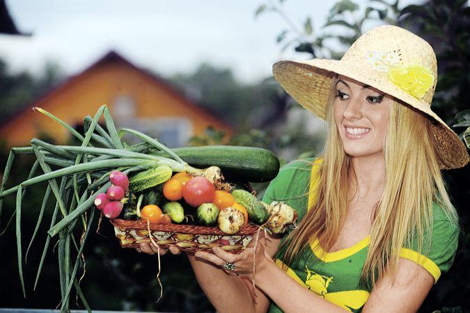 Рассадная считалочка для чайников. ...Как правильно выбрать время для посадки семян В этом году выращивать овощи на своих шести сотках собираются даже те, кто никогда не копался в земле. Что поделаешь - кризис! Конечно, чтобы получить богатый урожай, важно вырастить правильную рассаду. Если она будет недозревшая - плоды появятся позже, а если перерастет - ее сложнее сажать, можно поломать хрупкие растения. Поэтому важно грамотно рассчитать время посева семян. В помощь начинающим - эта…