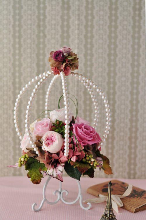 パールビーズの籠の中に数種類のピンクローズをアレンジしました。 フェミニンなピンク&パールホワイトで可愛いらしさいっぱいです。プリザーブドフラワーアレンジメント。
