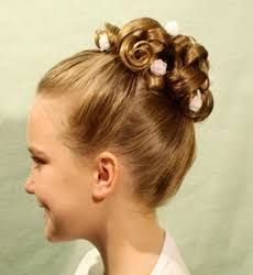 Resultado de imagem para penteados de dama de honra infantil