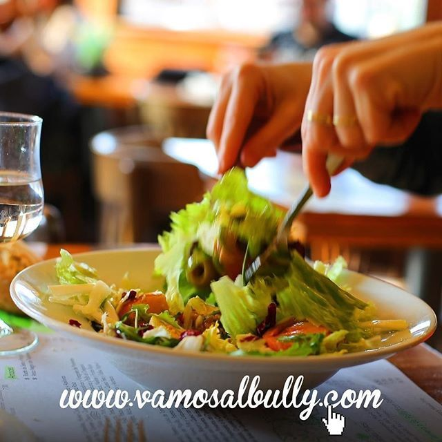Nos quejamos por lo mucho que llueve en #Donostia #SanSebastian pero gracias a este clima luego nos salen unas ensaladas espectaculares con productos de aquí en el #vamosalbully #aiete #berabera Vienes a comer hoy con nosotros?