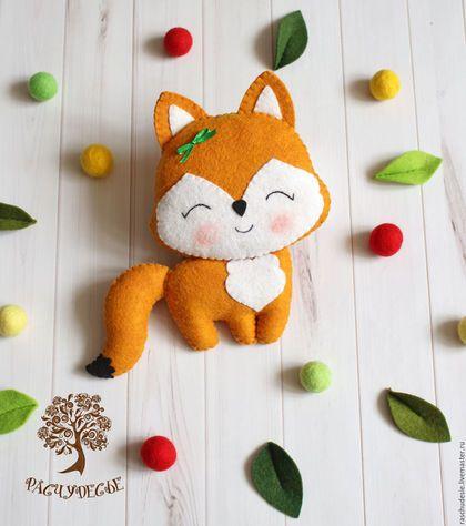 Купить или заказать Игровая игрушка из фетра 'Лисичка' в интернет-магазине на Ярмарке Мастеров. 'Знает лисонька лиса: В шубе вся ее краса. Шубы нет в лесу рыжей, Зверя нет в лесу хитрей' =) Вот такая рыжая симпатяшка родилась в нашем #Расчудесье! Очень озорная получилась лисичка - с милым бантиком и довольной мордочкой. Фетровая игрушка 'Лисичка' сшита из качественного полушерстяного фетра, плотно набита синтепухом, мордочка и пузико слегка затонированы художественной пастелью.