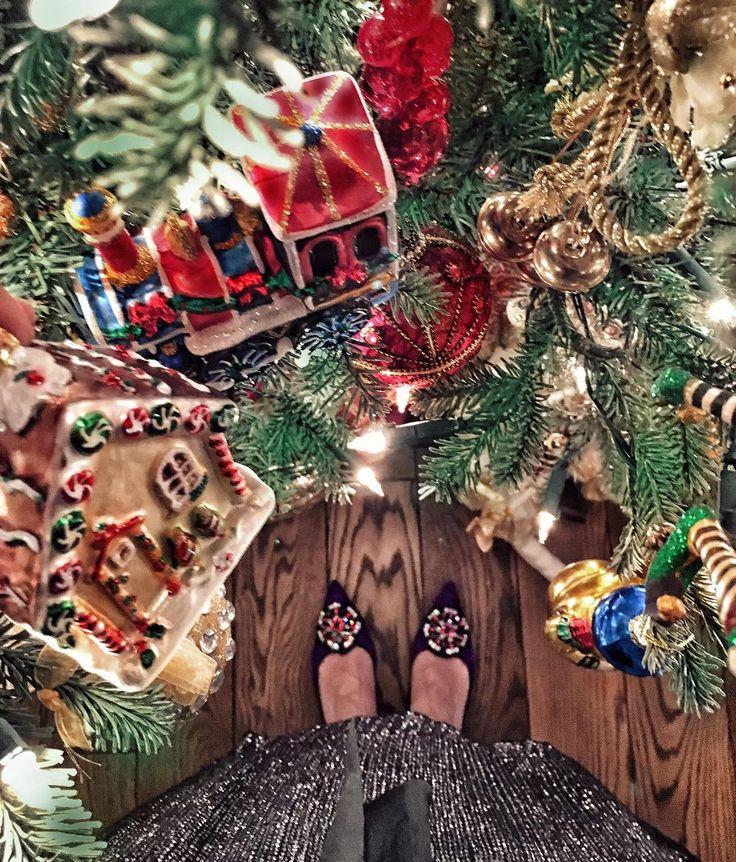 Я уже не могу ждать...! Залезу на елку сейчас...  есть не дают пить толком тоже не дают... Говорят сиди смотри фильмы свои любимые и терпи рано!  #annas_christmas by abelotserkovets