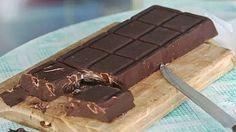 Přinášíme Vám recept na úžasnou domácí čokoládu, kterou si zamiluje úplně každý. Navíc je připravená za rekordních 10 minut. Takže až Vás příště přepadne chuť na sladké, respektive na samotnou čokoládu, připravte si ji doma. Zabere Vám méně času než cesta do obchodu. Je vyrobena ze surovin, které ukrývá každá spíž, nebo lednička. Chuť je