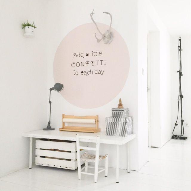 Ik krijg heel vaak de vraag hoe ik de cirkel bij ons op de muur heb geschilderd. Dus vandaag een blogpost over het maken van een cirkel op j...