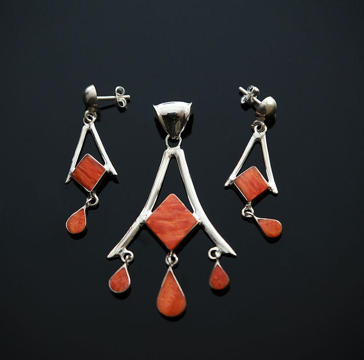 Stijlvolle en elegante zilveren set met spondylus (stekeloester)  Prijs: € 43.95 Gratis verzending in NL http://www.dczilverjuwelier.nl/edelstenen-sieraden/edelstenen-sieraden-sets/zilveren-set-fiona