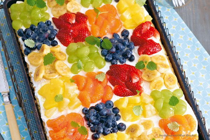 Beeren, Trauben oder Bananen? – Auf diesem kunterbunten Obstkuchen vom Blech mit Früchte-Karos ist für jeden sein Lieblingsstück dabei.