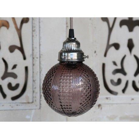 Ozdobna szklana lampa wykonana ze szkła w fioletowym odcieniu.  Więcej na : www.lawendowykredens.pl