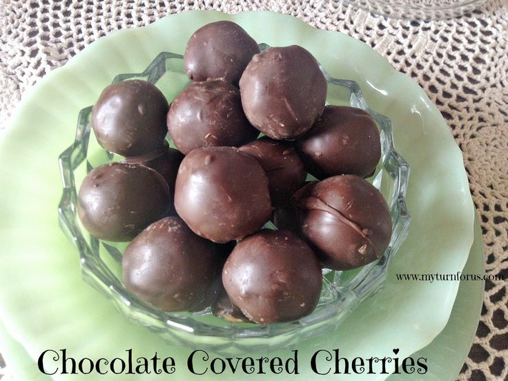 Eine Schokolade, die Kirsche mit knusprigen äußeren Überzug aus Schokolade mit dieser klebrigen Güte im Inneren.  http://www.myturnforus.com/2015/04/homemade-chocolate-covered-cherries.html