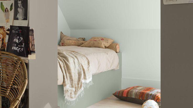 Creëer een moderne slaapkamer waar een tiener niet op uitgekeken raakt. Gebruik warme neutrale verfkleuren als achtergrond voor accessoires waarin hun persoonlijkheid tot uiting komt.