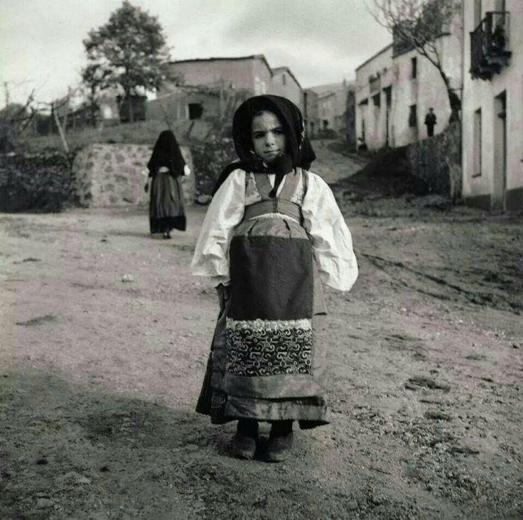 Ragazzina in costume sardo (Little girl in Sardinian costume)  1932