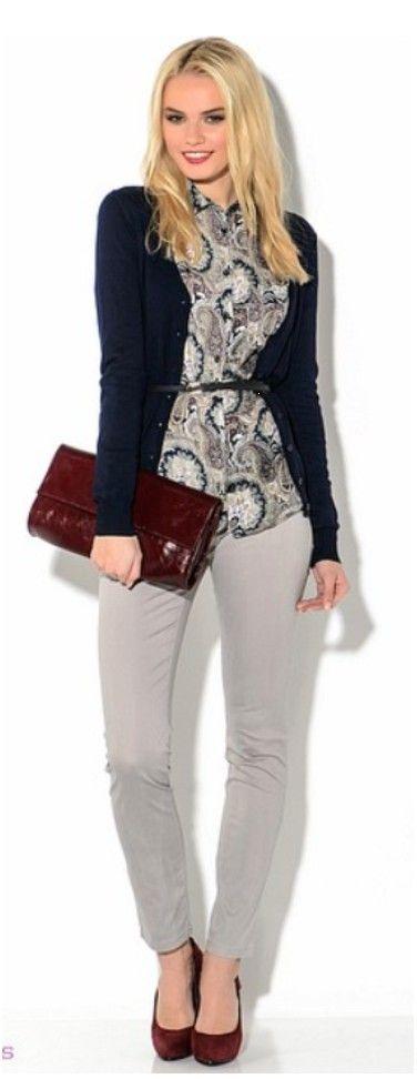 Серые брюки, блузка с цветами, синий кардиган, красная сумка, красные туфли