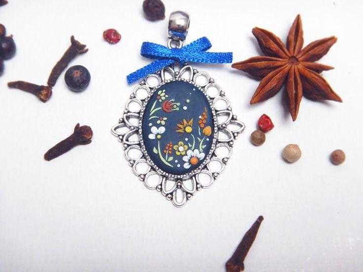 Cammeo con motivo floreale - Ciondolo, pendente con fiori - Cabochon di LaurasTouchArtcrafts su Etsy
