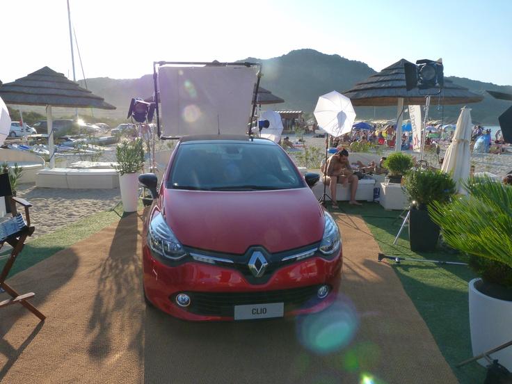 Nuova Clio sulla spiaggia. Un set fotografico allestito per rendere merito alle sue linee e al suo design. http://www.waiting4clio.it/eventi4clio