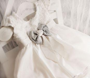 Sukieneczka do chrztu ecru z błękitną kokardą