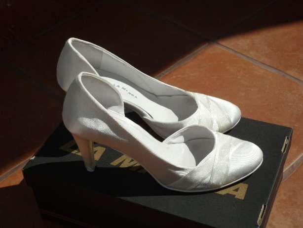 150 zł: Sprzedam buty ślubne rozm. 38, kolor ecru (ale nie żółty),wysokość obcasa 7cm. Buty są eleganckie, klasyczne,  lekkie, wygodne (noga stabilna jak na niższym obcasie), dobrze trzymają się na nodze, nog...