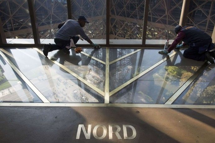 Eyfel Kulesi'nde cam tabanlı bölüm, selfie tutkunlarını cezbediyor | elitstil - Eiffel Tower, Paris. Glass Floor, Selfie Photos Here