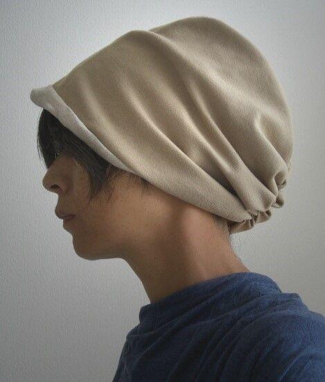 アンゴラ混のふんわり柔らかいキャメルベージュウール(ヘリンボーン織でシックですよ)とナチュラルカラーのリネンのリバーシブルのターバン風帽子です。ベージュ系でも素材も雰囲気も違うので裏側をちらっとのぞかせたり・・・そしてビビッドな色にもモノトーンにも何にでも合わせ易い優しい色で季節&コーディネートでいろいろ楽しんでくださいね!冬にリネン側を被ってニットに合わせるとオシャレですよ!寒い日は深めに被るとあったかいです。ゆるっと締め付けなく頭の形が良く見えるのでニット帽が苦手な方にも人気です。サイズフリー表 ウール、アンゴラ混  裏 麻 100% ブランドタグ アンティークシルバー色手洗い可