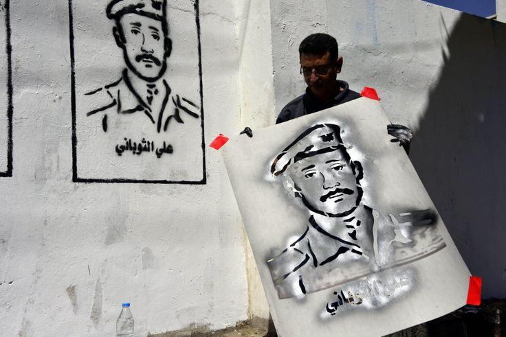 """E' il Banksy dello Yemen, l'artista Murad Sobay sfida i dettami di Al Qaeda contro ogni forma d'arte. Con i suoi stencil sui muri della città di Sana'a, capitale dello Yemen, ha scelto una forma di comunicazione trasgressiva. Durante una campagna chiamata """"The Wall"""", l'artista ha di"""