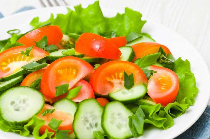 Kopfsalat mit Tomaten und Gurke
