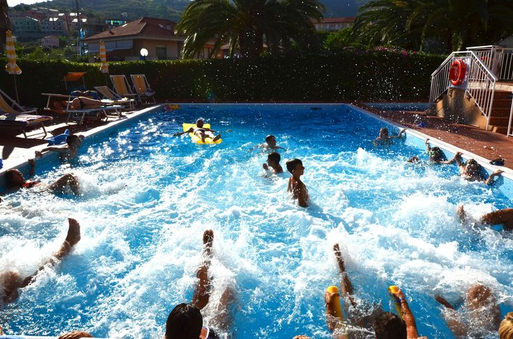 in#piscina al #residenceorchidea di  #pietraligure #mare e tanto divertimento. #visitresidenceorchidea #residenceorchideapietraligure #friendship #vacation and #holiday in #apartment with #pool http://www.residenceorchidea.it