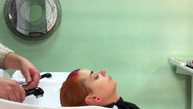 video explicativo de un peinado para cabellos cortos y finos, muy fácil porque no ay que utilizar cepillos, arrear y secar.Lo que cobra importancia es el sistema en 4 pasos, lavado, acondicionado, stilo, y fijación elegido único y exclusivo para según la tipología del cabello