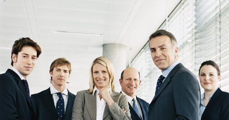 El sueldo promedio de un director financiero de una mediana empresa. El director financiero de una empresa, o CFO (por su sigla en inglés), es el ejecutivo a cargo de la contabilidad, la gestión de la empresa de riesgo financiero y la creación de una estrategia financiera a largo plazo. En tiempos de crisis financiera, el CFO puede asumir la culpa por no anticipar los riesgos, pero también puede ser visto como el ...