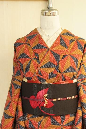 キャメルブラウン、テラコッタオレンジ、ネイビーブラックのナチュラルモダンカラーで織り出された麻の葉モチーフがスタイリッシュなウールの単着物です。