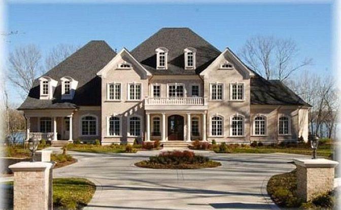 Conheça a casa de Kelly Clarkson. A cantora norte-americana casou recentemente e comprou uma casa maravilhosa em Hendersonville, Tennessee. Avaliada em 2,8 milhões de dólares, a mansão conta com sete quartos, nove banheiros, academia, adega, um lago e até um cinema. Incrível! Confira as fotos.
