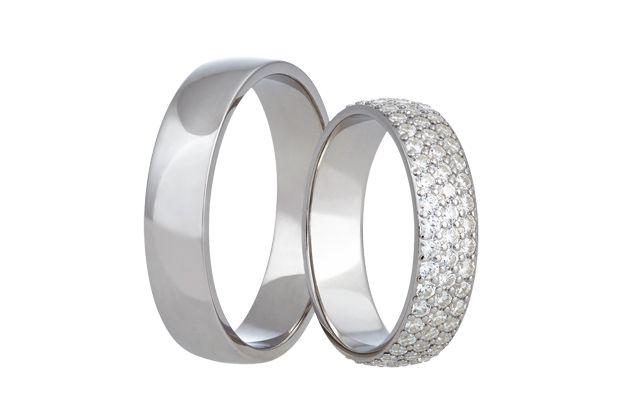 Přepychové snubní prstýnky z bílého zlata s celolesklým povrchem. Do dámského kroužku je zafasováno neuvěřitelných 114 kamínků.