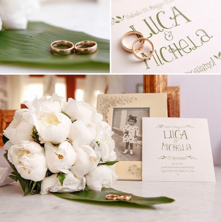 Bouquet di peonie bianche, anelli nuziali e partecipazione | White peonies wedding bouquet, bands and invitation
