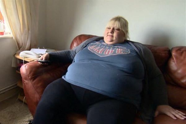"""De 27-jarige Klaartje deBruyaert heeft zichgemeld voor het tv-programma 'K3 zoekt K3′, waarin het kleutertrio op zoek is naar nieuwe zangeressen. Volgens Klaartje is het nodig dat vrouwen met morbide obesitas ook een plek krijgen in K3. Zingen is haar lust en haar leven en naar eigen zeggen werd Klaartje geboren voor de showbusiness.""""Speciaal voor K3 viel ikal dertig kilo [...]"""