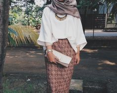 Beautiful hijab outfit, love the color combination natural warm, and I want that skirt!!