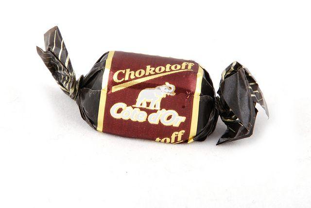 Chokotoffs, liefst een paar achter elkaar eten. Ze bleven ook zo lekker aan je tanden kleven!