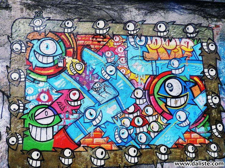 Street art u Becu  #daliste #streetart #Vienna #Wien #Bec #umetnost #art #grafiti #travel Novembarska popodnevna šetnja u Beču. Početna tačka Naschmarkt, a cilj – dvorac Belvedere... Spuštamo se niz Schikanedergasse i Paulanergasse do Favoritenstrasse... Čitav zid oko dvorišta Theresianuma u Theresianumgasse je toliko živopisan, da zavređuje pažnju i vreme svakog prolaznika.
