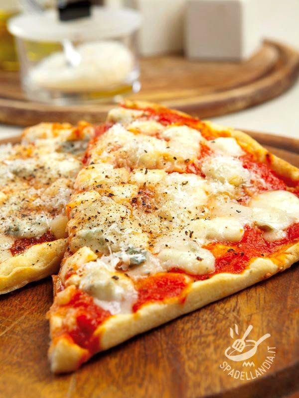 Siete pronti a infilarvi il grembiule e sfornare la pizza più buona che c'è? Ecco a voi una ottima versione del must del must di chi ama la pizza filante. #pizzaquattroformaggi