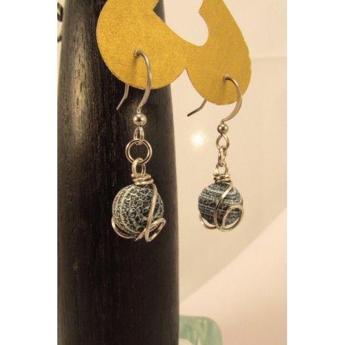 Boucles d'oreilles d'agates bleues antiques mates, marbrées de blanc, enjolivées d'un dessin de fil d'acier inoxydable, et pendu à un crochet hypoallergique. Création Bijoux Cou de Cœur fabriquée à la main au Québec.