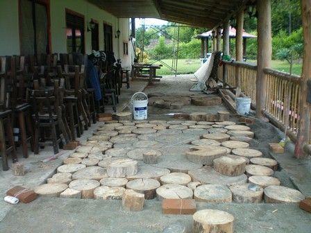 Pavimentos o pisos con rodajas de madera sobre una base de arena apisonada y estabilizada. STA ROSA DE CABAL; RISARALDA COLOMBIA; Arq LUCIA  E. GARZON