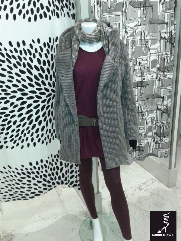 #Leggins y #suéter granate combinado con #abrigo gris perla. #moda #AuroraMateo