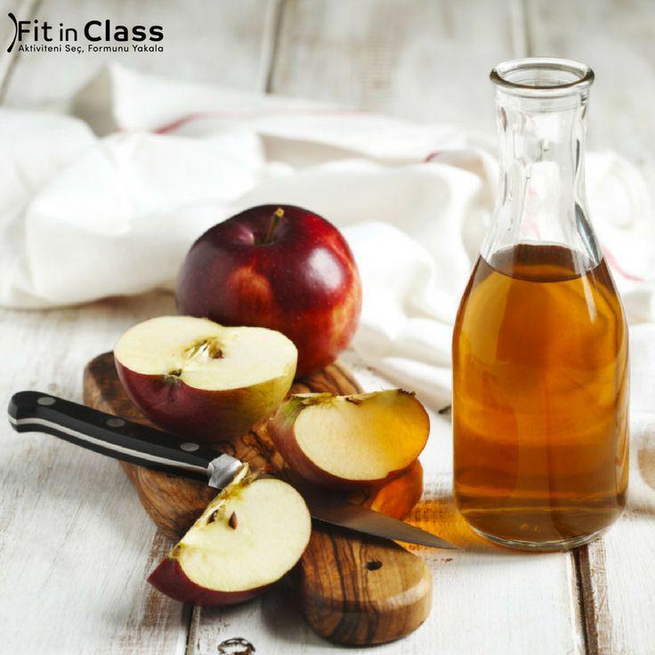 Zayıflamak için elma sirkesinden faydalananlar kimler? Son dönem giderek yaygınlaşan yöntemlerden biri olan elma sirkesi zayıflamak için gerçekten de işe yarıyor! Öğünlerinizden yarım saat önce içeceğiniz birer kaşık doğal elma sirkesi hem yağ yakımını hızlandıracak hem de açlığınızı dengeleyecektir.