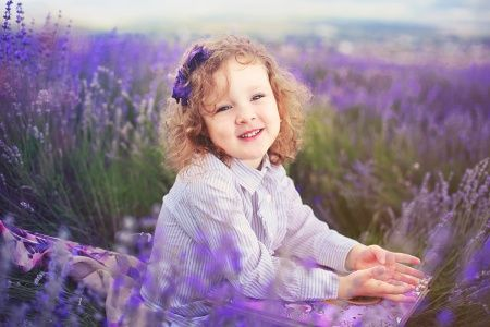 Радостная девочка среди лаванды
