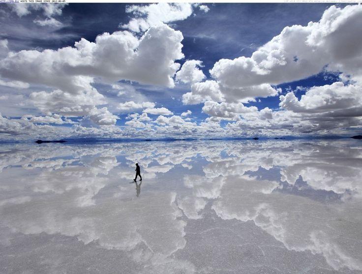 rifaatblog Солончак Уюни — высохшее соленое озеро. Во время сезона дождей солончак покрывается тонким слоем воды и превращается в самую большую в мире зеркальную поверхность. Представьте, что вы будете испытывать, гуляя по этому озеру под ночным звездным небом.   Источник: http://www.adme.ru/svoboda-puteshestviya/15-mest-gde-hochetsya-pobyt-vdvoem-780260/ © AdMe.ru