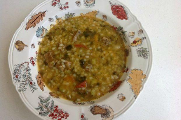 Με λίγο κρέας, μπόλικα λαχανικά και λίγα μικρά ζυμαρικά φτιάχνεις μια σούπα πεντανόστιμη και εξαιρετικά δυναμωτική, ό,τι πρέπει για μια δύσκολη χειμωνιάτικη ημέρα.