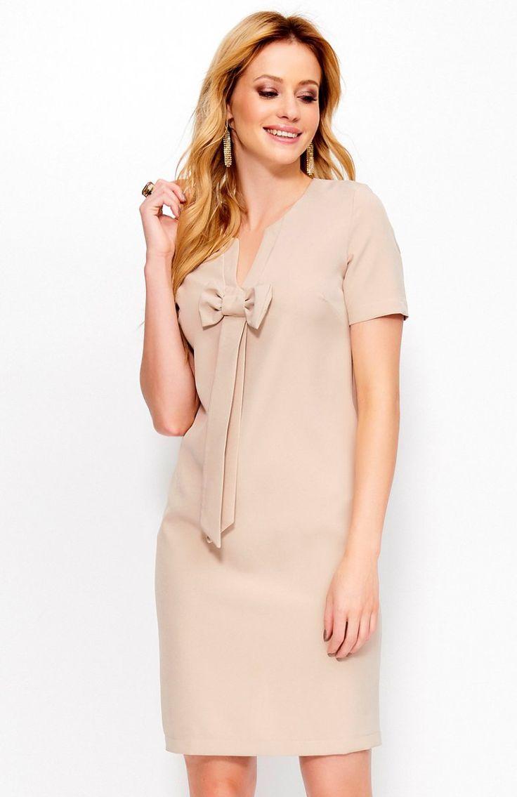 Makadamia M379 sukienka beżowa Elegancka sukienka, z krótkim rękawem, z przodu przepiękna kokarda