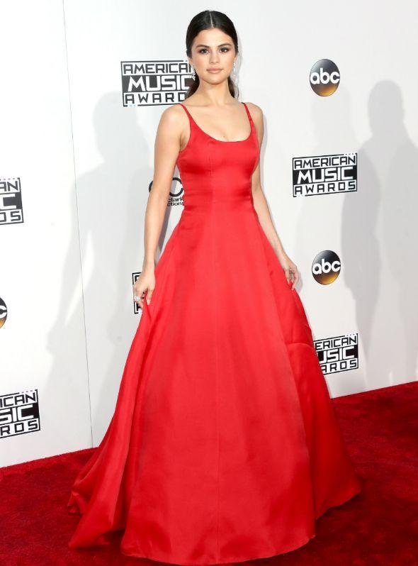 Selena Gomez com vestido vermelho em premiação de música que aconteceu em Los Angeles, nos Estados Unidos.