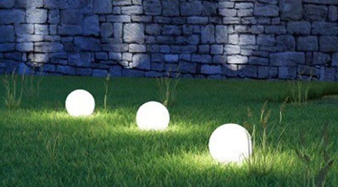 Donnez l'ambiance que vous souhaitez à votre jardin grâce aux lampes solaires. Optez pour l'éclairage malin et économique. #outdoor